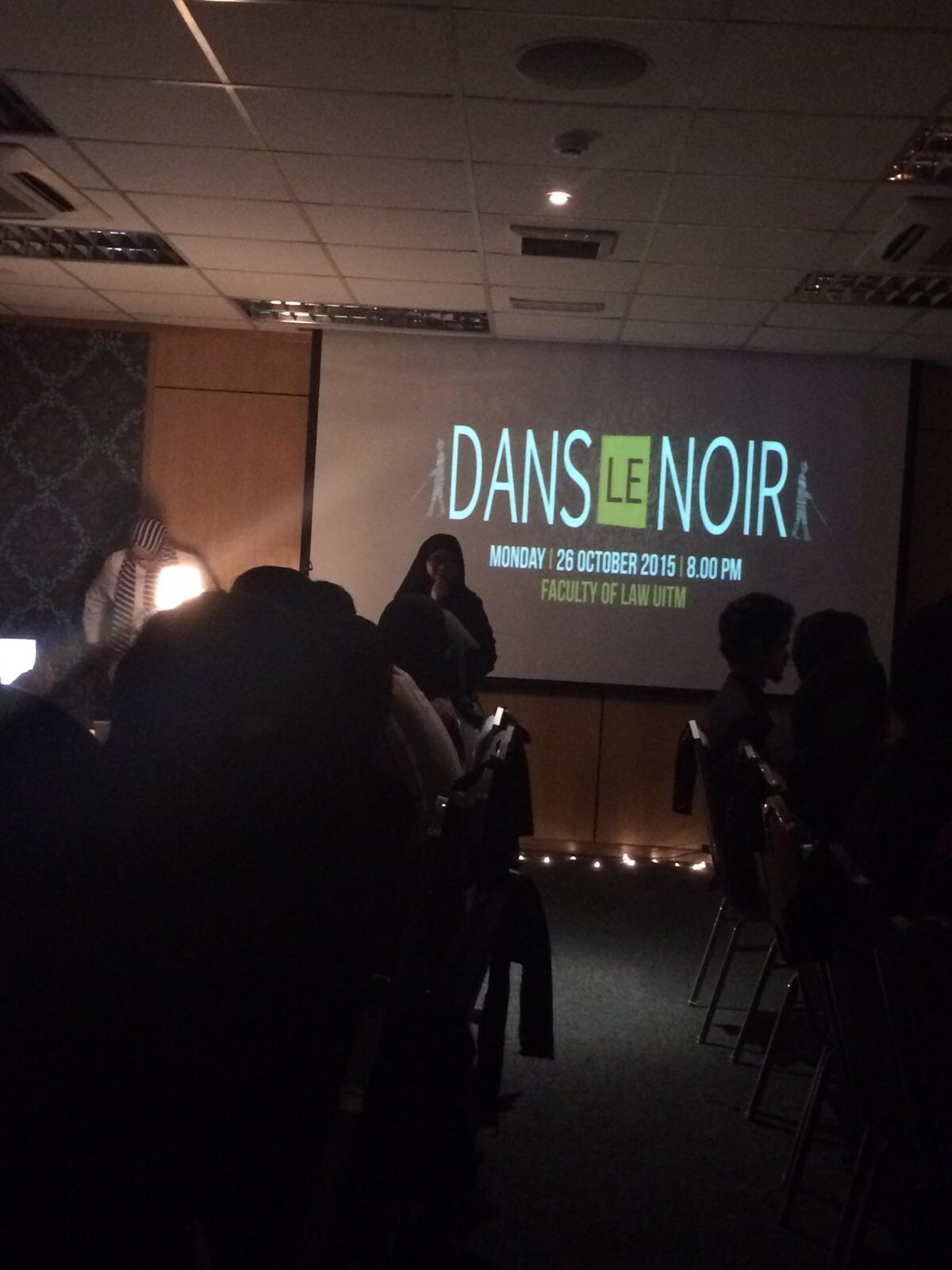 dans le noir with its backdrop