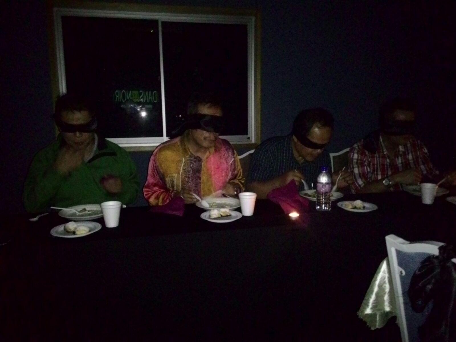 dans le noir Rahim dining in the dark