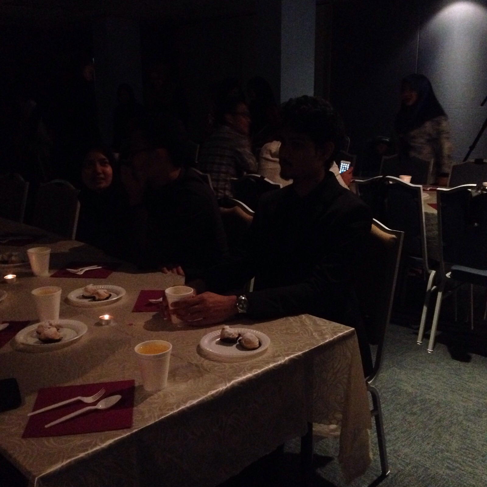 dans le noir table setting in the dark