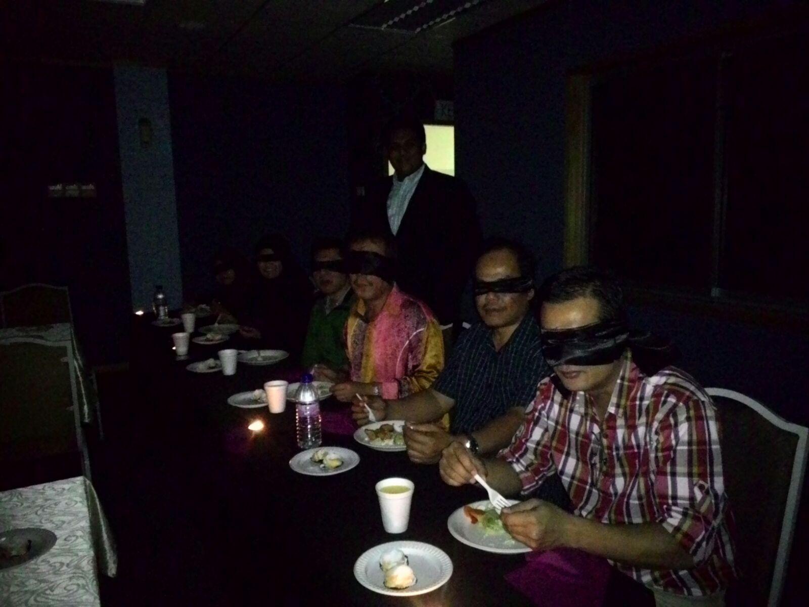 dans le noir dining in the dark 3