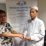 01 Pemberian Zakat handshake 1
